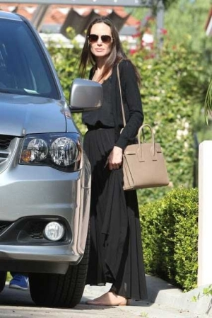 Is Angelina Jolie really divorced? shewas spotted in Los Angeles without wedding ring (photo)